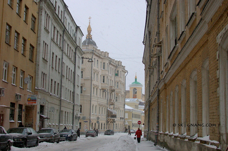Snowy day in Moscow downtown 01.02.2005.